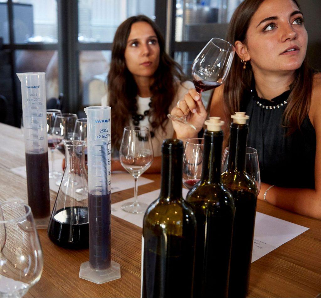 persone che creano il proprio vino